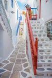 Streetview con las escaleras de la ciudad de Mykonos, Grecia Foto de archivo libre de regalías