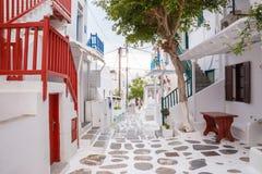 Streetview de la ciudad de Mykonos con el árbol y las barandillas rojas, ciudad de Mykonos, Grecia Fotos de archivo libres de regalías
