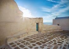 Streetview de Mykonos con el sol y el cielo azul, Grecia Imagen de archivo