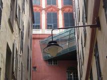 Streetview in Genua mit farbigen Wänden stockbild