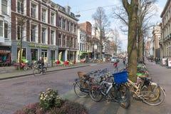 Streetview med parkerade cyklar i den gamla mitten av den holländska stats- staden Haag Royaltyfri Foto