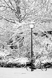Streetview na neve com lamp-post e bicicleta Fotografia de Stock Royalty Free