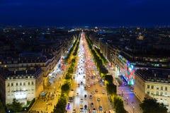 Streetview von berühmtem Champs-Elysees mit Beleuchtung und Verkehr in Paris Stockbild