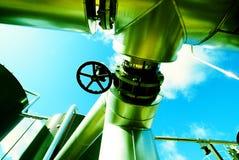 Strefa przemysłowa, Stalowi rurociąg i klapy przeciw niebieskiemu niebu, Zdjęcia Stock