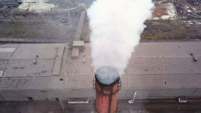 Strefa przemysłowa z wielkim fajczanym gęstym bielu dymem nalewa od fabrycznej drymby w kontraście do słońca zbiory