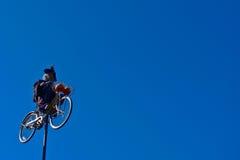 Strega andante in bicicletta Immagine Stock