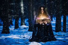Strega che celebra la magia fotografie stock libere da diritti