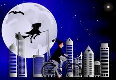 Strega che guida una bici intorno alla città ed il volo della strega su una scopa sopra la città nella celebrazione di Halloween Immagini Stock Libere da Diritti