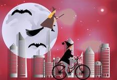 Strega che guida una bici intorno alla città ed il volo della strega su una scopa sopra la città nella celebrazione di Halloween  Fotografie Stock