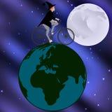 Strega che guida una bicicletta attraverso il globo su una notte illuminata dalla luna Immagini Stock Libere da Diritti