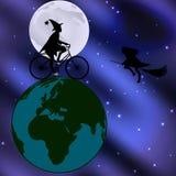 Strega che guida una bicicletta attraverso il globo su una notte illuminata dalla luna Immagine Stock Libera da Diritti