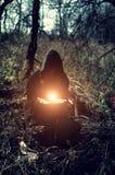 Strega con fuoco magico fotografia stock