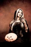 Strega di Halloween con una zucca Fotografia Stock Libera da Diritti
