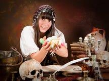Strega di Halloween dell'ossequio o di trucco Fotografie Stock Libere da Diritti