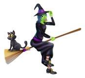 Strega di Halloween sul manico di scopa con il gatto Fotografia Stock