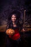 Strega di Halloween una zucca Fotografie Stock Libere da Diritti