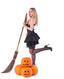 Strega di Halloween in vestito con la zucca, scopa immagini stock libere da diritti