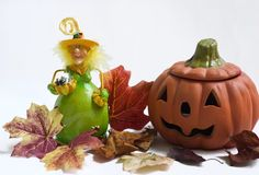 Strega e zucca di Halloween con i fogli di autunno Fotografia Stock