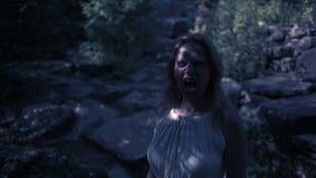 Strega in foresta alla notte Rocce del vampiro fantasia del fantasma e gotico Halloween stock footage