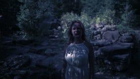 Strega in foresta alla notte Rocce del vampiro fantasia del fantasma e gotico Halloween video d archivio