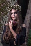 Strega in foresta scura Fotografie Stock