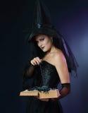 Strega incantante di Halloween Fotografia Stock Libera da Diritti