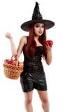 Strega ingannevole che offre una mela avvelenata, tema di Halloween Immagini Stock