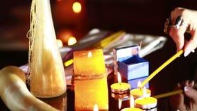 Strega - l'indovino con le candele si chiude su Rituale magico divination stock footage