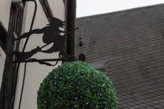 Strega metallica nera sul logo dell'illustrazione della scopa da un lato di costruzione Germania fotografia stock