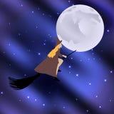 Strega su un manico di scopa che pilota la luna di festa di Halloween nel cielo stellato Fotografia Stock