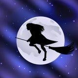 Strega su un manico di scopa che pilota la luna di festa di Halloween nel cielo stellato Fotografie Stock Libere da Diritti