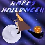 Strega su un manico di scopa che pilota la luna di festa di Halloween nel cielo stellato Immagine Stock