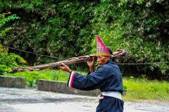 Stregone di Batak in un costume cerimoniale tradizionale fotografia stock libera da diritti