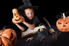 Stregone Halloween del ragazzo con le zucche, isolate sopra Immagini Stock