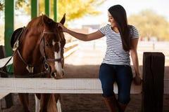 Streicheln meines Pferds an einer Ranch lizenzfreie stockfotos