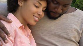 Streichelnde geliebte Frau des mitfühlenden Ehemanns, glücklich zusammen, Familienplanungskinder stock footage