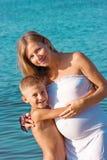 Streichelnder Ð regnant Mutter und Sohn Stockbild