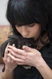 Streichelndes Kaninchen der jungen Frau Lizenzfreie Stockfotos