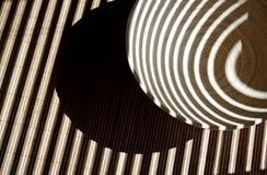 Streifen auf einem Bambusteller auf einer Tabelle stockbild