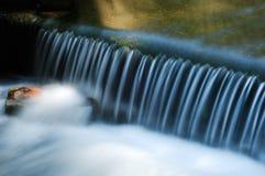 Streifen des fließenden Wassers stockfoto