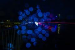 Streifen des roten Lichtes und der blauen Reflexionen Lizenzfreie Stockbilder