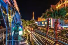 Streifen Sie Nachtbeleuchtung, Palmen und Kasino in Las Vegas ab Lizenzfreie Stockfotos