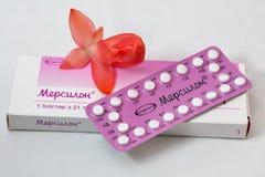 Streifen Sie und Kasten der Nahaufnahme Organon Mercilon-empfängnisverhütender Pillen ab Stockfotos