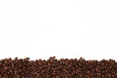 Streifen von Kaffeebohnen auf weißem Hintergrund Lizenzfreies Stockbild