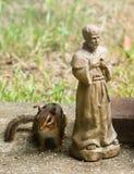 Streifenhörnchen und St Francis beten Stockbilder