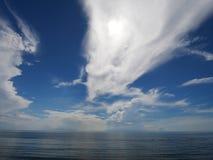 Streifenwolke mit Himmelblaumeer stockfotografie