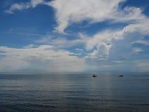 Streifenwolke mit Himmelblaumeer lizenzfreie stockfotografie