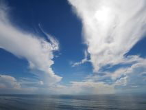 Streifenwolke mit Himmelblaumeer stockfotos