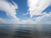 Streifenwolke und blaues Meer stockfotografie
