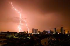 Streik des Blitzes in Gebäude in der Stadt Stockbild